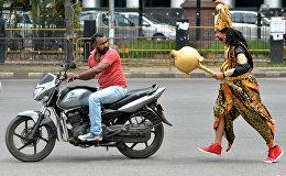 Акция индийских полицейских. Мужчина, одетый как бог смерти Ямарадж, преследует мотоциклистов, которые не носят шлемы