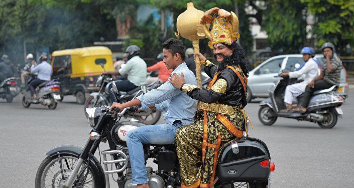 ...но предупреждал: Не будешь носить шлем, я за тобой вернусь!.