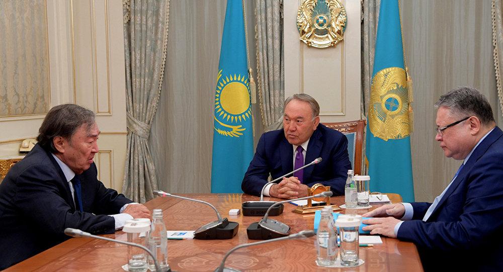 Глава Казахстана встретился с писателем Олжасом Сулейменовым
