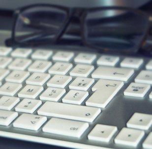 Очки на компьютерной клавиатуре, иллюстративное фото