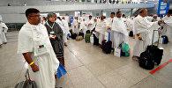 Паломники проходят паспортный контроль в аэропорту Джидды, Саудовская Аравия