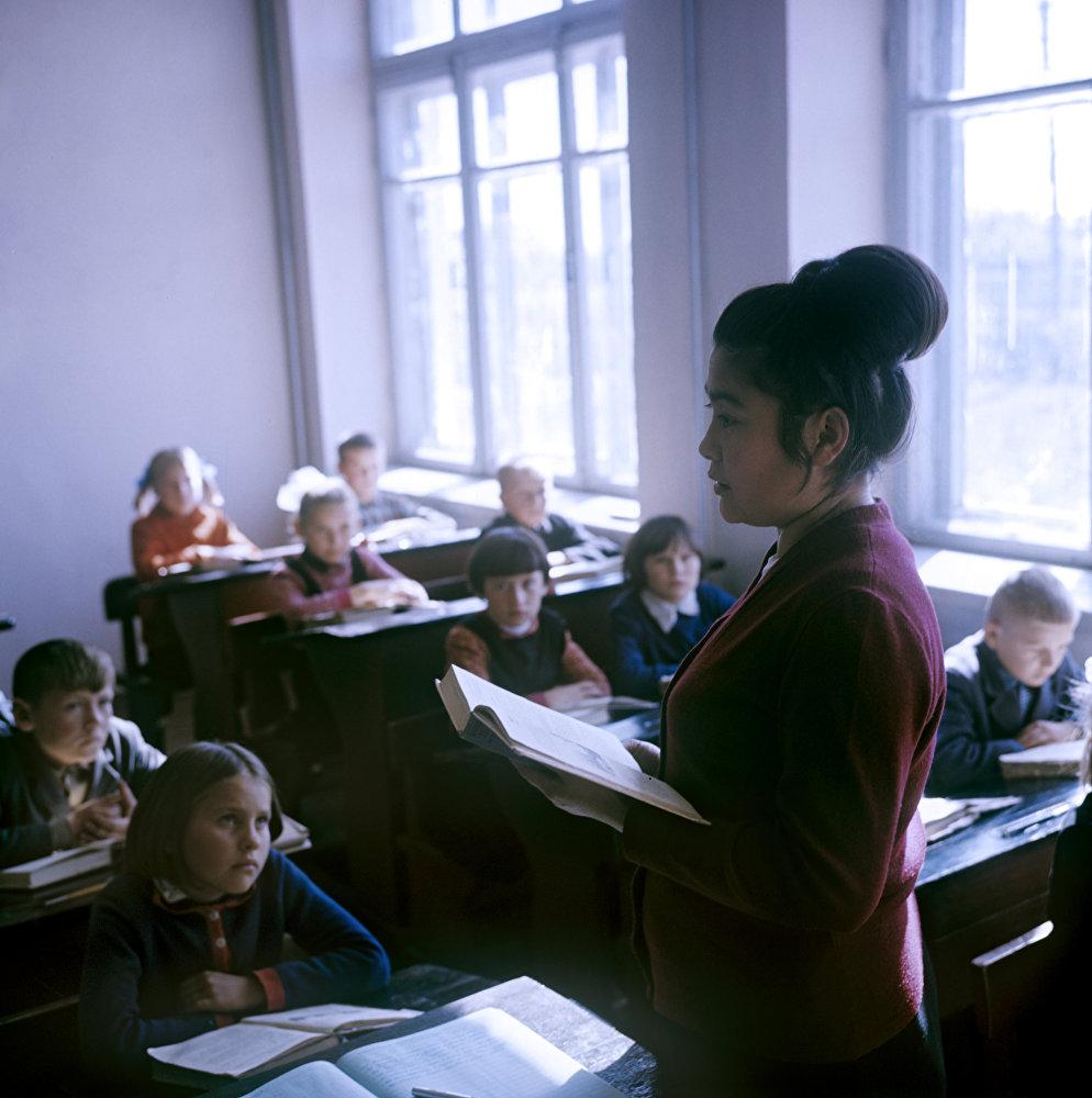 Казахская ССР. Кустанайская область. Совхоз Искра. Урок в совхозной школе.