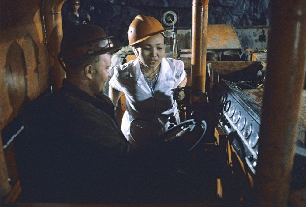 Санитарный врач Екатерина Батыргожина берет пробы воздуха в кабине погрузочной машины в одном из забоев рудника Миргалимсай. Казахская ССР. Чимкентская область. Город Кентау
