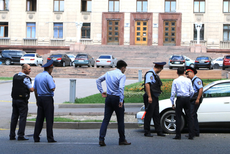 Полицейские на месте перестрелки в Алматы в районе пересечения улиц Гоголя и Аблайхана, 18 июля 2016 года, архивное фото