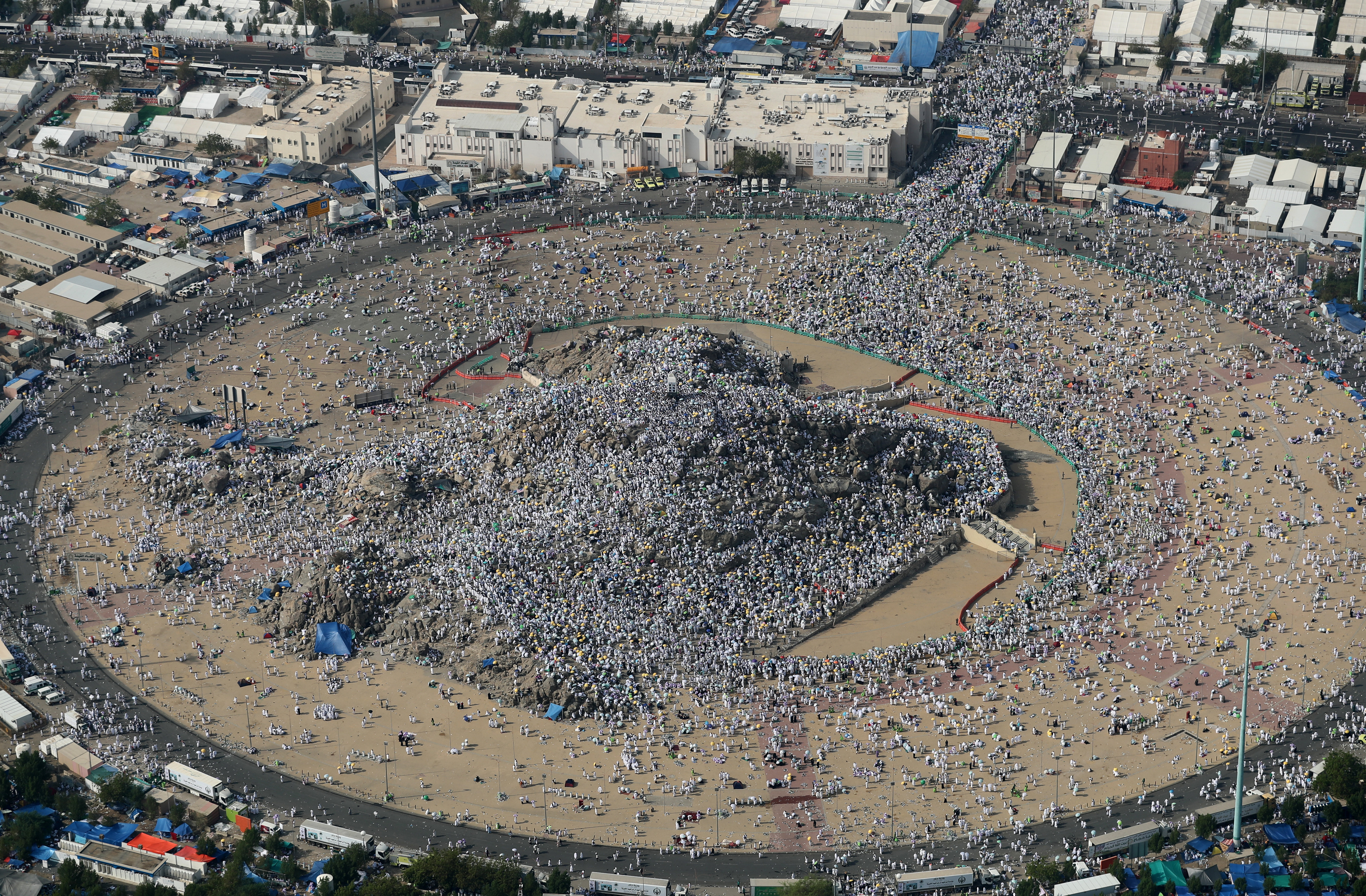 Арафат күнінде қажылар Алладан дұға тілеу үшін Арафат тауына жиналады