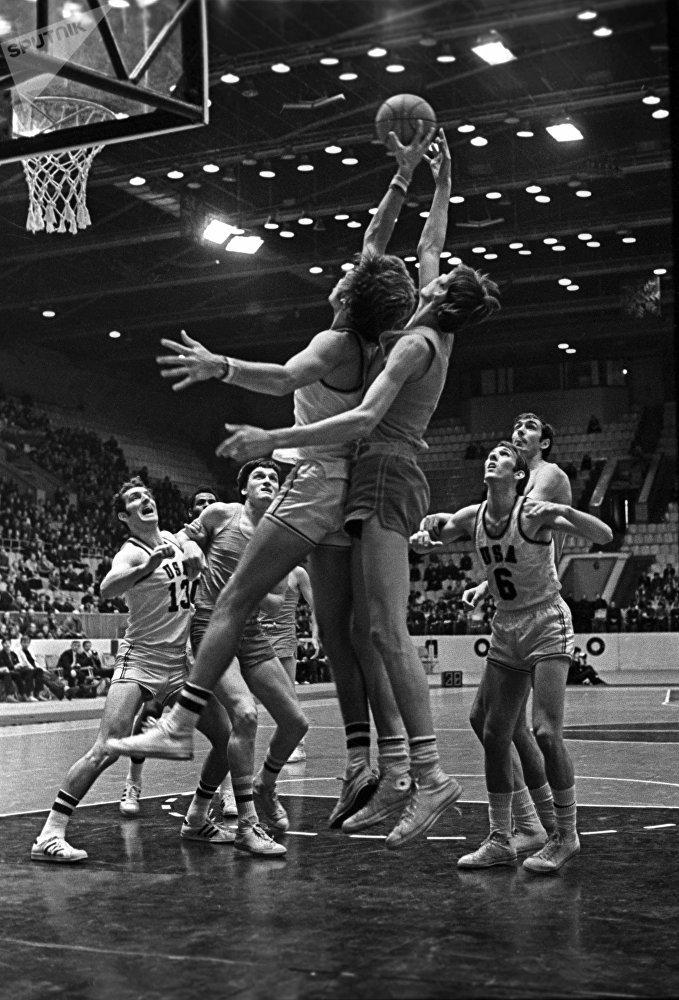 Игрок сборной команды СССР по баскетболу Алжан Жармухамедов