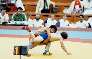 Олимпийский чемпион Жаксылык Ушкемпиров (сверху)