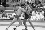 Борец Анатолий Быков (справа)