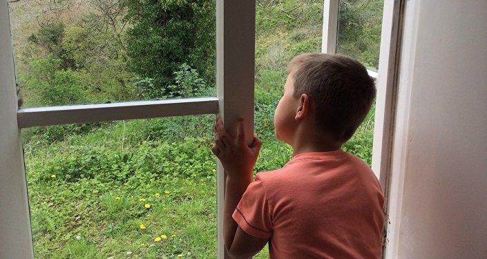 Ребенок у открытого окна, архивное фото