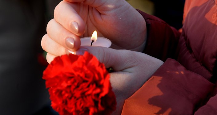 Свеча и цветок в руках, архивное фото