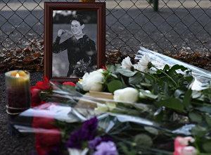 Цветы у места нападения на Дениса Тена