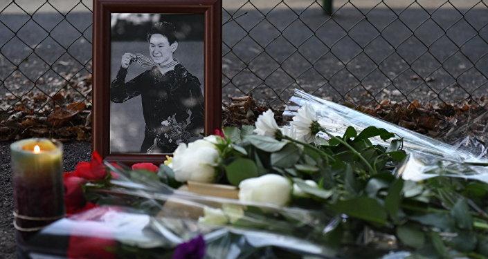 Цветы у места нападения на Дениса Тена, архивное фото