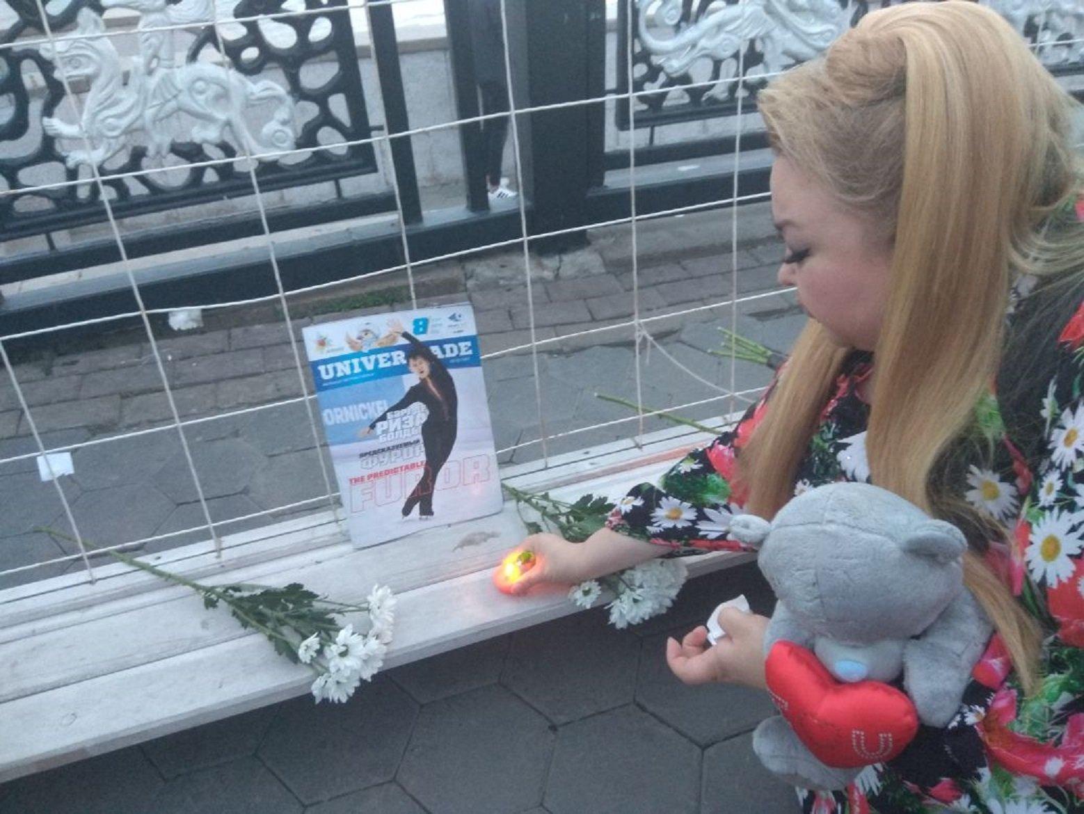 Астана прощается  с Денисом Теном. Бахыт Сыздыкова у стены скорби