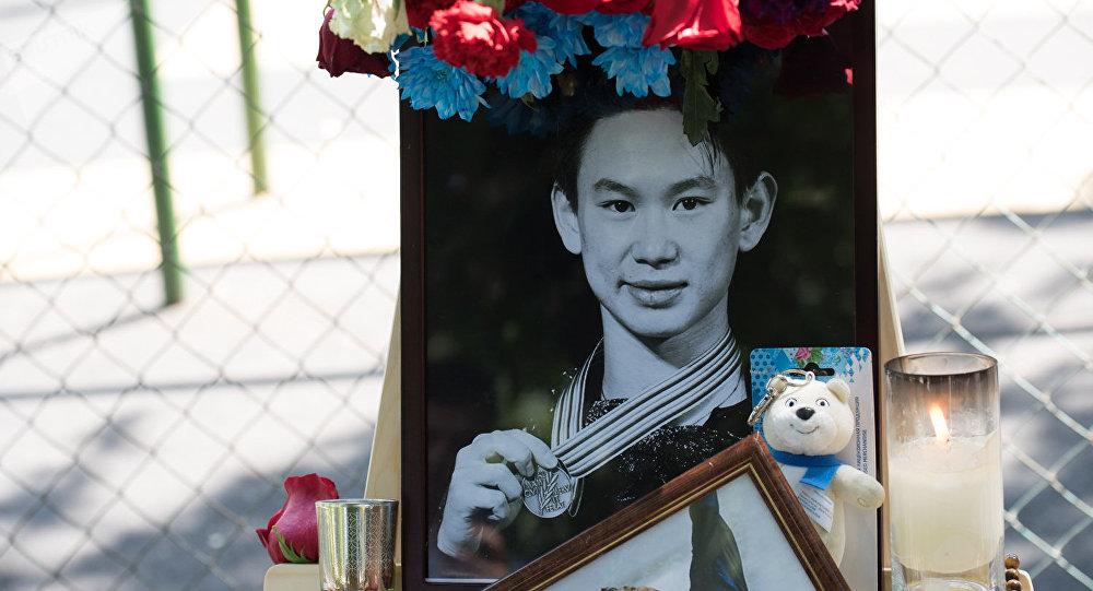 Цветы в память о Денисе Тене на месте, где разыгралась трагедия