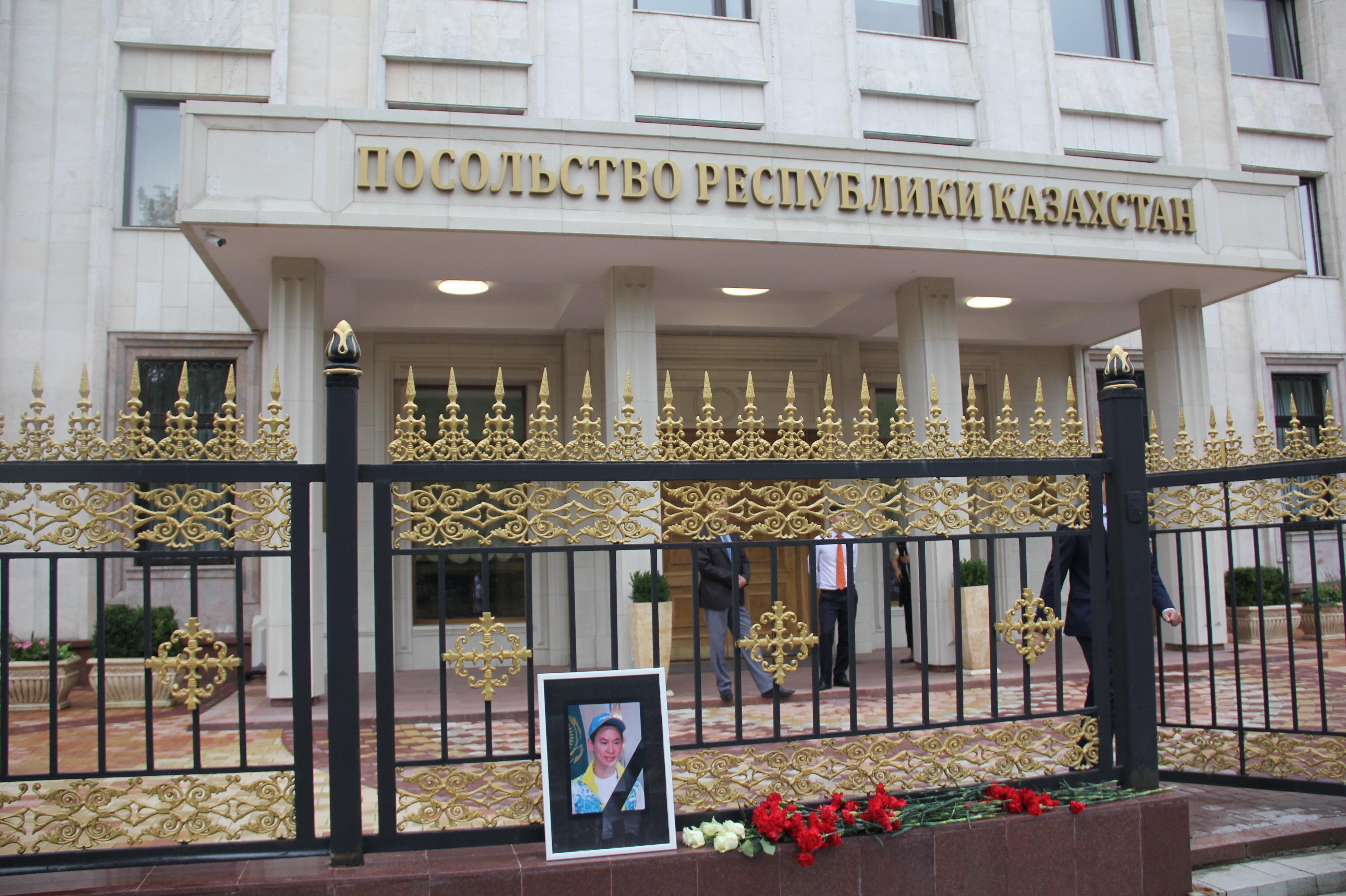 Акция в память о фигуристе Денисе Тене проходит у посольства Казахстана в Москве