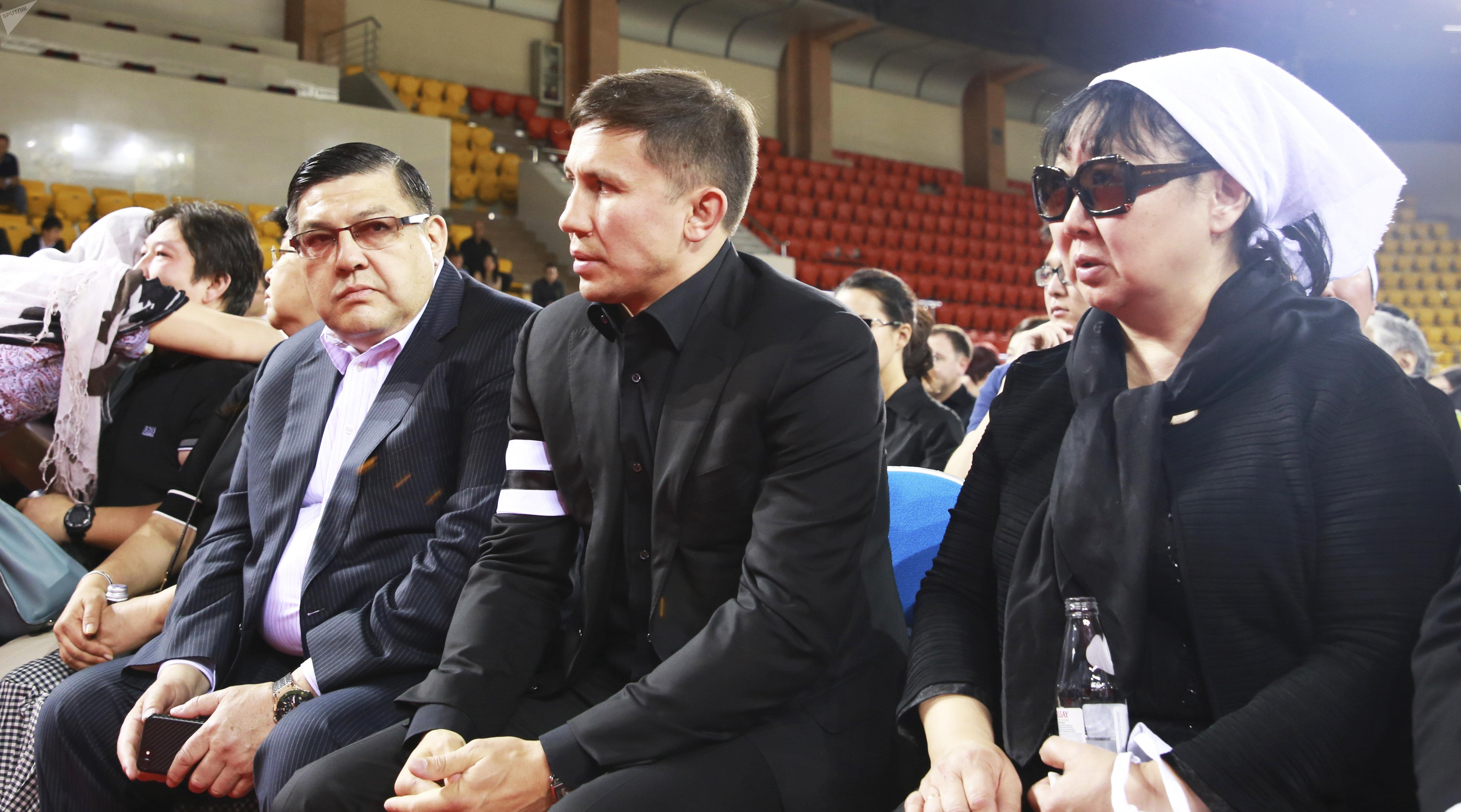 Геннадий Головкин Денис Тенді жерлеу рәсіміне қатысты