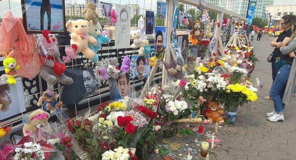 Цветы и игрушки на набережной Астаны