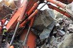 Экскаватор завалило камнями в карьере