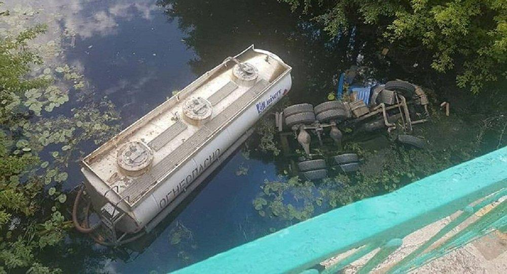 Бензовоз упал с моста в реку