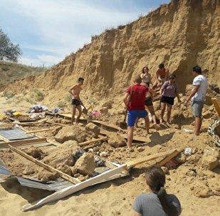 На пляже в Актобе обвалился песчаный грунт