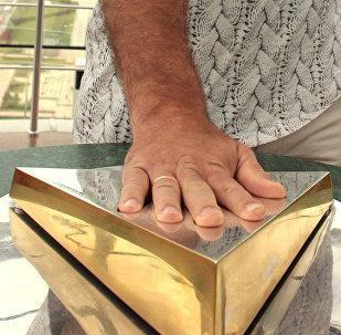 Николай Валуев приложил руку к рельефному отпечатку ладони первого Президента Казахстана на смотровой площадке архитектурного сооружения Байтерек (Дерево жизни)