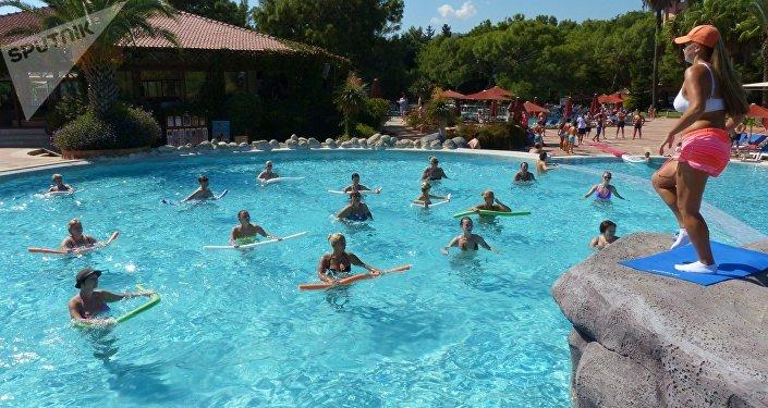 Занятия аквааэробикой в одном из отелей Антальи,архивное фото