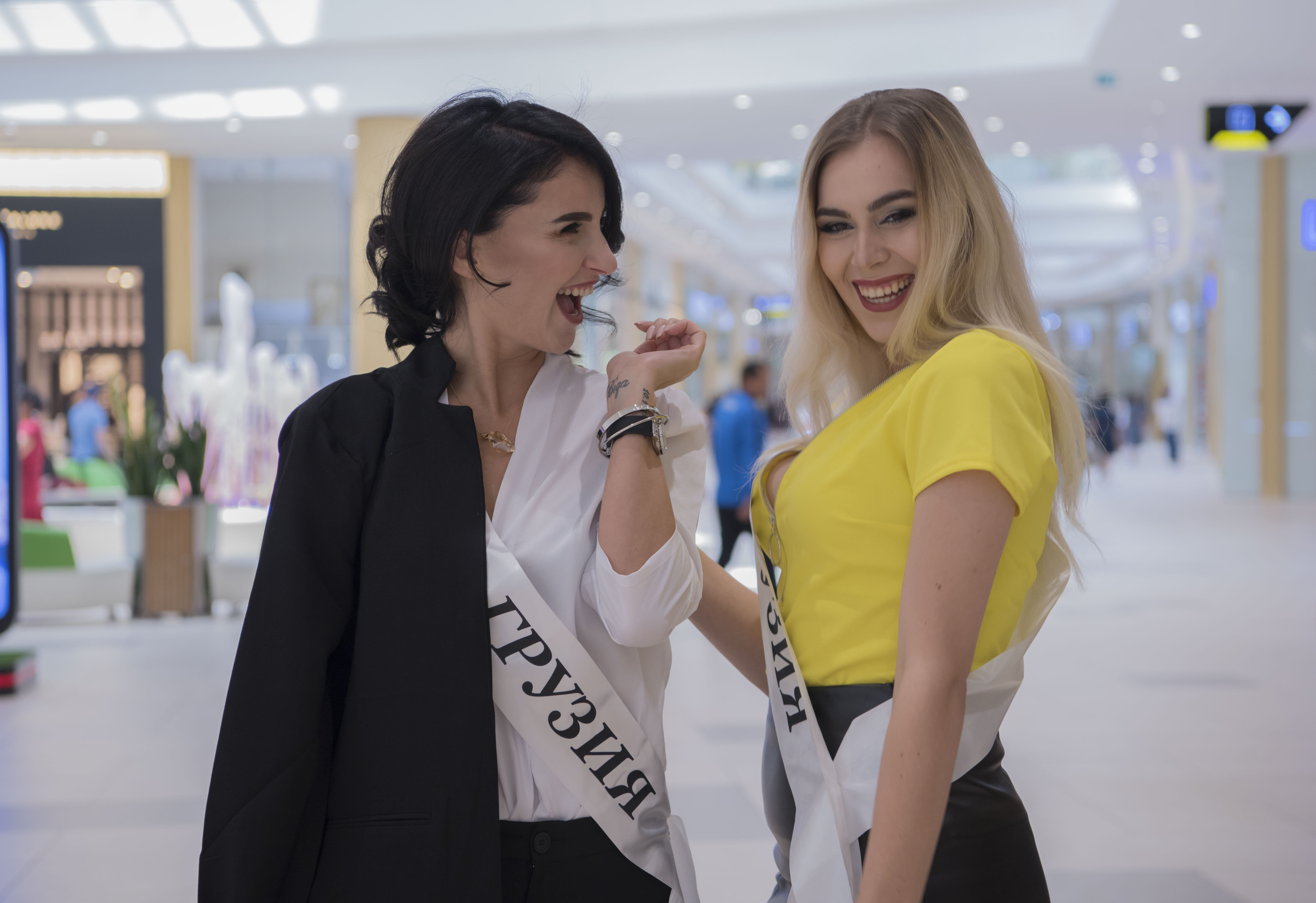 Конкурсантки из Грузии Лика Тория (слева) и Аннамария Качеишвили