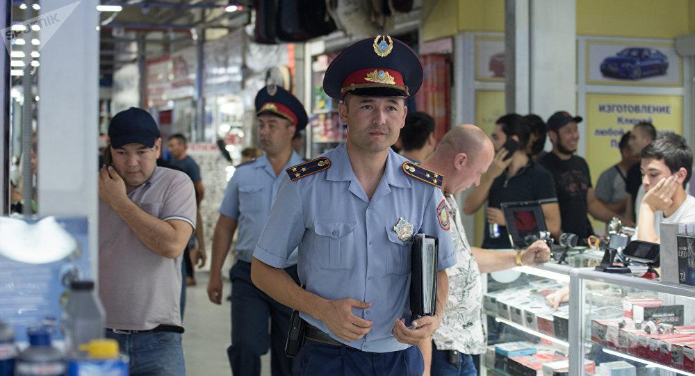 Полицейский рейд в центре автозапчастей Car City