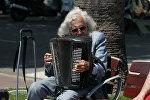 Уличный музыкант, архивное фото