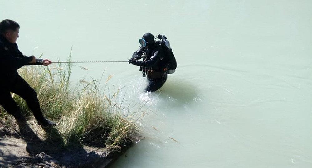 Водолаз на месте гибели женщины в Большом Алматинском канале