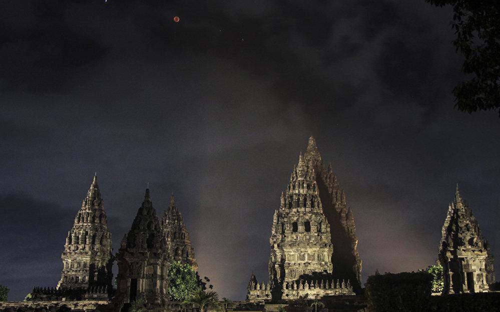 Қып-қызыл ай. Джакарта, Индонезия