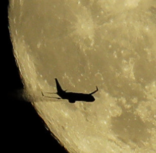 Самолет над Вашингтоном на фоне кровавой луны