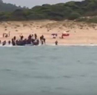 Беженцы из Африки высадились на нудистском пляже в Испании