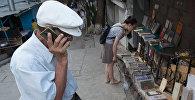 Пожилой мужчина с телефоном