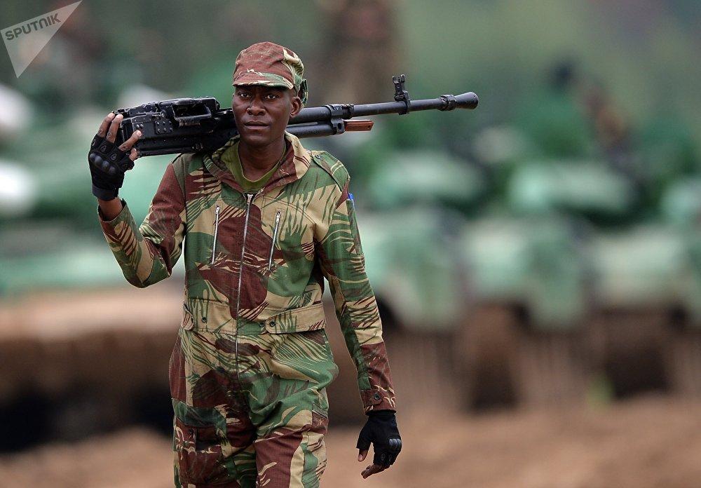 Член экипажа команды армии Нигерии во время проведения Танкового биатлона-2018