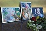 Цветы у Дома журналиста в память об убитых журналистах: Орхана Джемаля, Кирилла Радченко и Александра Расторгуева (справа налево)