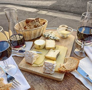 Сыр, хлеб, вино