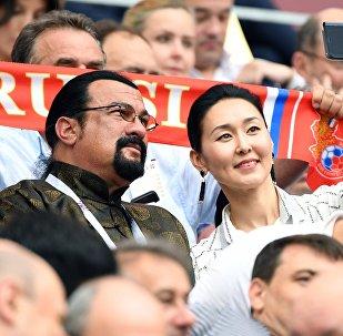 Актер Стивен Сигал с супругой Эрдэнэтуе Бацук