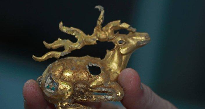Золотые артефакты, найденные при раскопках кургана Елеке сазы в Восточно-Казахстанской области