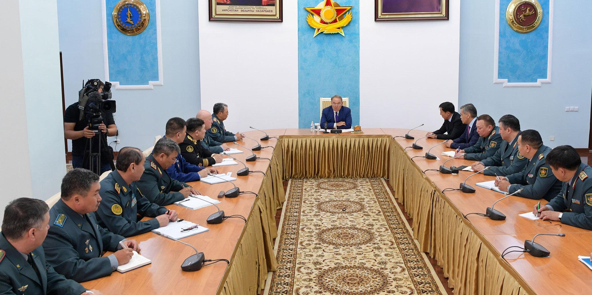 Президент Казахстана Нурсултан Назарбаев провел совещание с руководящим составом министерства обороны