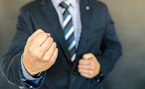 Мужчина показывает кулак
