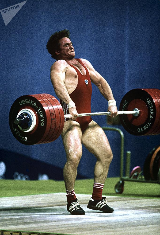 Тяжелоатлет Анатолий Храпатый во время  XXIV Олимпийских игр
