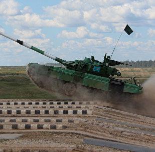 На скоростном этапе экипажу команды Казахстана нужно, не прекращая движения, попасть из пушки по трем мишеням