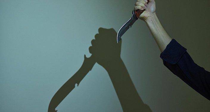 Архивное фото мужчины с ножом в руке
