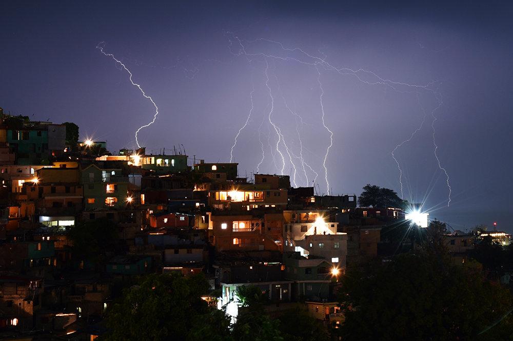 Во время вечерней грозы в столице Гаити Порт-о-Пренс
