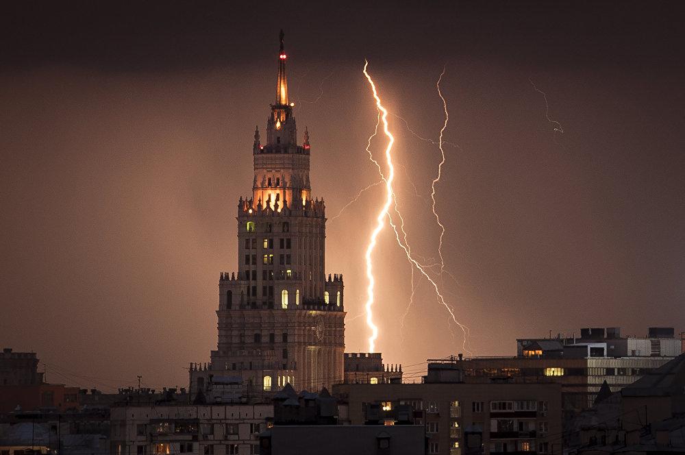 Электрический разряд возле сталинской высотки в Москве