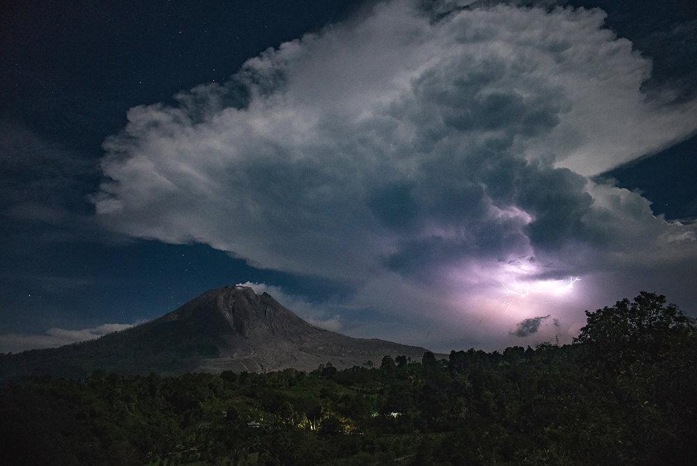 Молния над вулканом Синабунг в Индонезии
