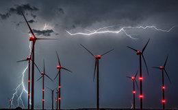 Вспышки молнии в ветроэнергетическом парке Одерворланд близ Сиверсдорфа (Германия)