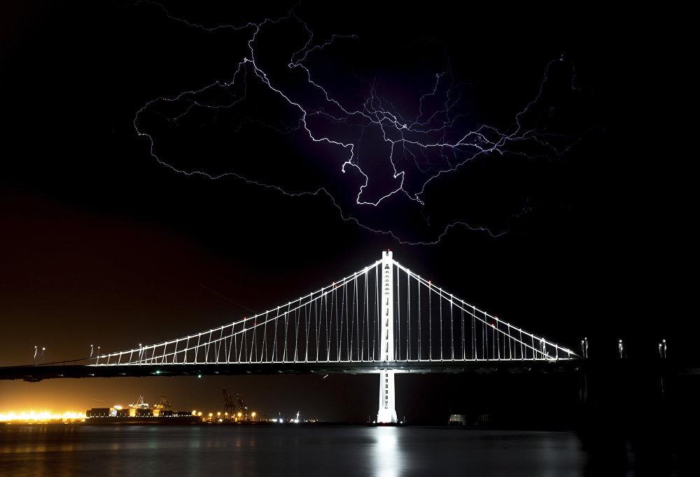 Электрический разряд над мостом Сан-Франциско-Окленд-Бэй в Калифорнии (США)