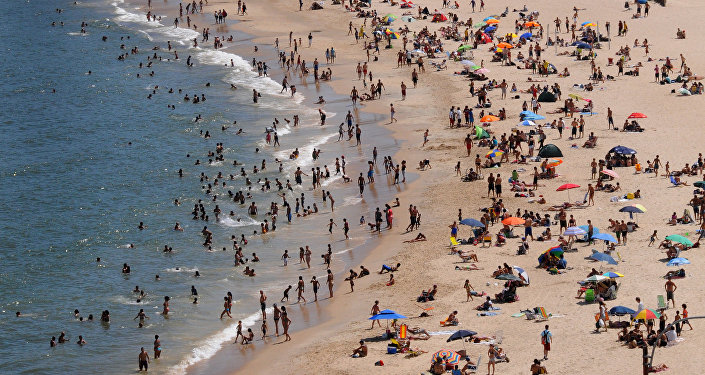Отыхающие на пляже, архивное фото